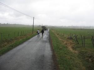 La route s'étend vers l'arrivée.