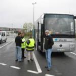 Notre bus est contrôlé de fond en comble par les inspecteurs du Ministère des Transports. Soyez rassurés : tout est en règle (sauf M. Gouet !). La vérification aura quand même pris 45 minutes !