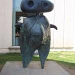 Une drôle de statue monte la garde devant la fundacion Miro.