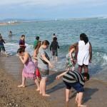 On trempe les pieds dans la mer sur la plage de Barcelone.